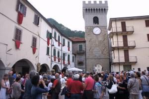 la folla invade la piazza